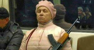 Metroda ürküten kare! Silahlı teyze sosyal medyayı salladı