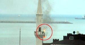 Bacadaki alevleri gören vatandaşlar, minare yanıyor zannedip hemen ihbarda bulundu