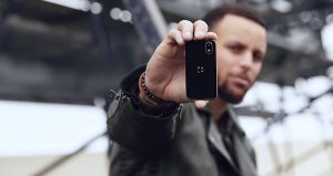 Kredi kartı gibi durduğuna bakmayın! O dünyanın en mini akıllı telefonu