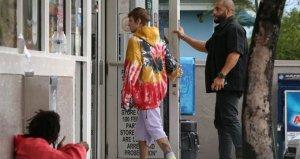 Genç yıldız Justin Bieber, evsiz bir adama para verirken fotoğrafçılara yakalandı
