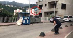 Rizeli vatandaşın yolun karşısından çöp attığı anlar sosyal medyayı salladı