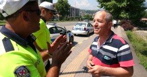 Kırmızıda geçtiği için ceza kesilen yayalarla polis arasında ilginç diyaloglar yaşandı