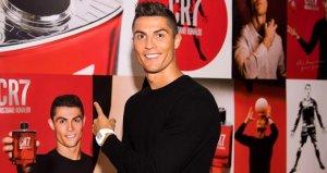 Markasını tanıtan yıldız futbolcu Cristiano Ronaldo kaslarıyla şov yaptı