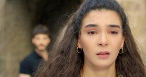 Oyuncu Ebru Şahin, sete gelen hayranlarını uzaklaştırmak isteyen görevlilere müdahale etti