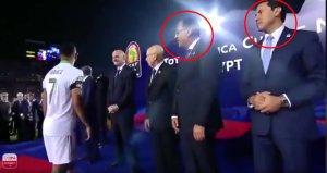 Kupa töreninde Mısır hükümetinin elini sıkmayan Mahrez hakkında suç duyurusu
