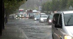 İstanbulda etkili olan sağanak sonucu yollar su altında kaldı, tüm vapur seferleri iptal edildi