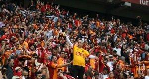 Galatasaray taraftarı, Pizza Pizza ile imzalanan sponsorluk anlaşmasına tepki gösterdi