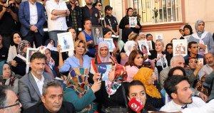 Ünlü sanatçılar, HDP önünde eylem yapan anneleri ziyaret etti