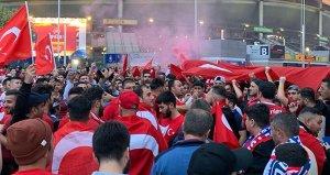 Stade de France'ta Şehitler ölmez, vatan bölünmez sesleri!
