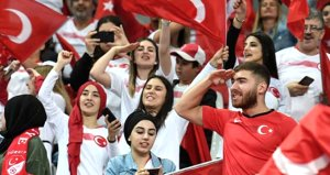 Türk taraftarlar Fransa takımını ıslıklayarak sahaya çıktıklarına pişman etti