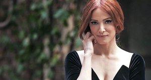 Güzel oyuncu Mine Tugaydan mini etekli fotoğraf