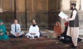 Hayran bırakan manzara! Kraliyet gelini başörtüsü takıp Kur'an dinledi