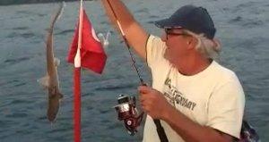 İzmirde sandalla denize açılan ailenin oltasına iki adet köpek balığı takıldı