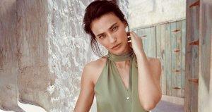 Güzel oyuncu Saadet Işıl Aksoy, kırmızı mayolu pozuyla hamile olduğunu duyurdu
