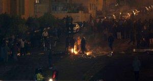 İran'da benzin zammını protesto eden göstericiler, belediye binasını ateşe verdi