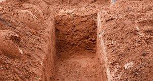 Patronunun vaadi üzerine anne ve babasının mezarını açıp kemiklerini çıkaran adam gözaltına alındı