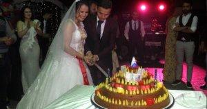 Düğünlerinin unutulmaz olmasını isteyen gelin ve damat pasta yerine çiğ köfte kesti