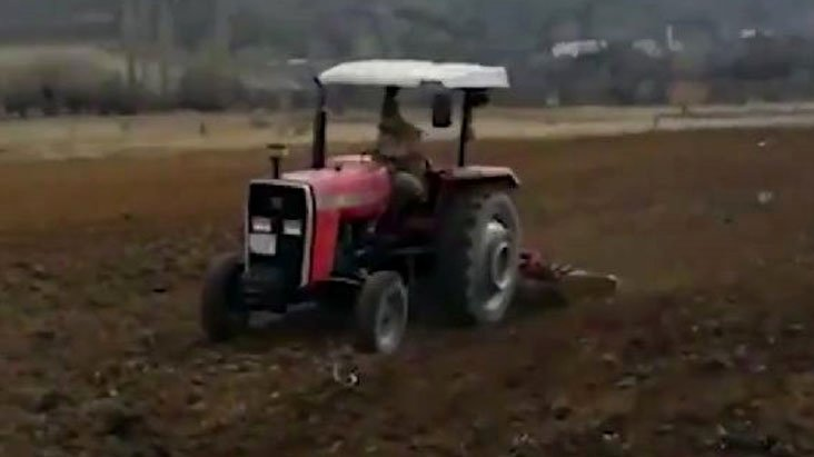 Evden çıkamayan çiftçinin tarlasını jandarma işledi