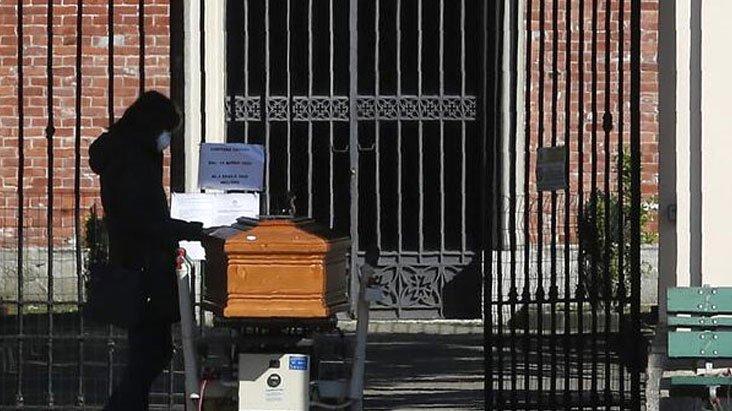 Aileler travmada! İtalya'da koronavirüsten ölenler böyle gömülüyor