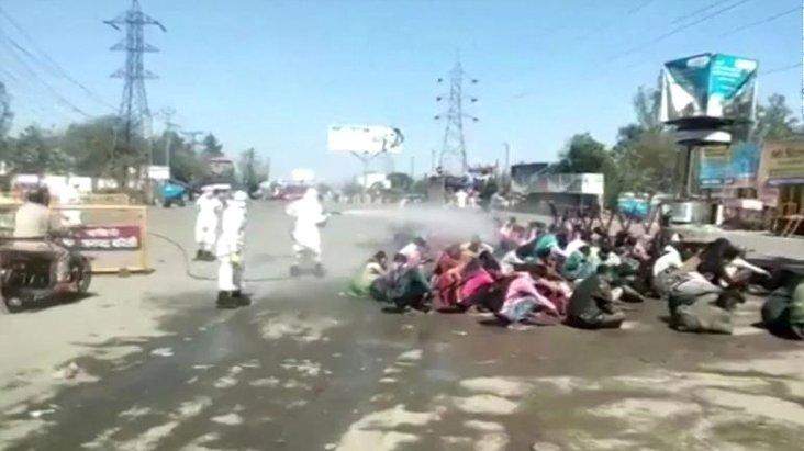 Hindistan'da koronavirüs önlemi! Göçmen işçiler, tazyikli suyla dezenfekte edildi
