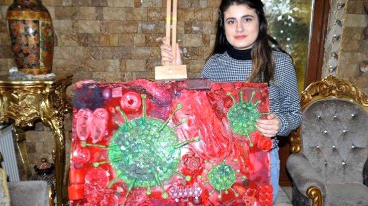 Liseli genç kız, plastik atıklarla koronavirüsün resmini çizdi