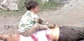 Bu kare uluslararası kamuoyunda infial yarattı! 3 yaşındaki çocuğu, öldürdükleri dedesinin göğsüne oturtup fotoğraf çektiler