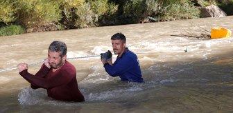 Evlerinin yakacak ihtiyacını karşılamak için tehlikeyi göze alıp, Zap Suyu'ndan odun topluyorlar