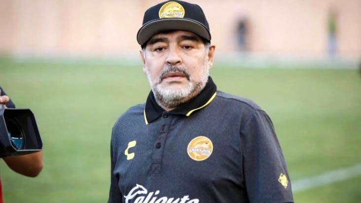 Dünya futbolunun efsane ismi Maradona hayatını kaybetti