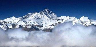 Everest'e tırmanan iki dağcı, 'kar körlüğü ve yorgunluk' nedeniyle yaşamını yitirdi
