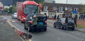 Manchester United taraftarları, Liverpool takım otobüsünün önünü kesti