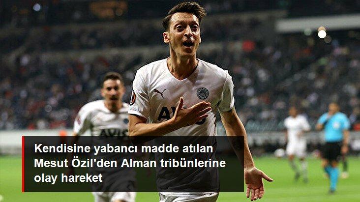 Kendisine yabancı madde atılan Mesut Özil den Alman tribünlerine olay hareket